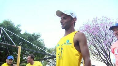 Gari de Cascavel está no pelotão de elite da Meia Maratona das Cataratas - Talento foi descoberto durante o trabalho e a corrida já rendeu medalhas.
