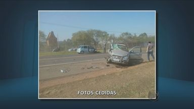 Polícia encontra lata de cerveja em carro envolvido na colisão que feriu e em Holambra - rês pessoas ficaram gravemente feridas em um acidente envolvendo dois carros na manhã deste sábado (13), em Holambra (SP). De acordo com a Polícia Rodoviária, as vítimas estavam nos veículos, que bateram de frente, no km 32 da rodovia Prefeito Aziz Lian (SP-107).