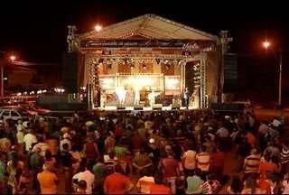 Público lota a praça dos Jatobás para assistir o Viola dos Gerais em Montes Claros - 4 finalistas garantiram vaga para a final deste domingo (14).