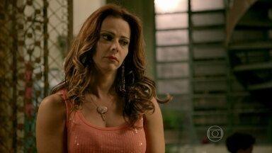 Naná e Lorraine lamentam situação de Juliane - A morena conta para as amigas que não tem mais direito ao plano de saúde de Orville porque Carmen retirou o nome dela