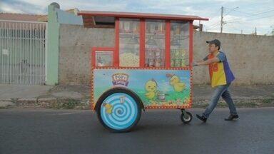 'Tive uma ideia': diferentes formas de se destacar vendendo pipoca - Valdir, em Curitiba, após uma pesquisa de mercado, investiu em qualidade dos produtos e atendimento. Toshio, de Marília, São Paulo, decidiu encantar as pessoas com a pipoca.