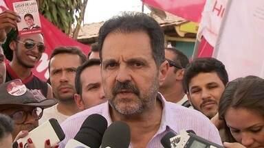 Agnelo Queiroz faz campanha no Guará - O candidato do PT cumprimentou comerciantes e ouviu pedidos de moradores para reforçar o policiamento na região. Ele citou obras de sua gestão feitas no Guará e afirmou que pretende ampliar o atendimento em postos de saúde.