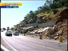 Motoristas temem por desmoronamento no trecho Sul da BR-101 - Motoristas temem por desmoronamento no trecho Sul da BR-101