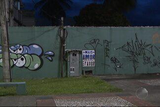 Quatro jovens são detidos por pichar prédios comerciais no centro de Salvador - Casos de pichação são cada vez mais comuns na capital. Advogado explica o que a lei diz sobre a infração.