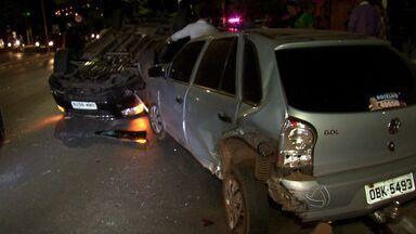 Mulher fica ferida após capotar carro na Avenida Miguel Sutil - Mulher fica ferida após capotar carro na Avenida Miguel Sutil.