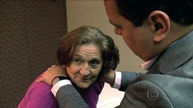 Pacientes combatem a labirintite com a fisioterapia vestibular - Há 20 anos, a aposentada Ângela enfrenta fortes tonturas que atrapalham até o convívio social. O labirinto, que fica no ouvido interno, é a parte do corpo responsável pelo equilíbrio. A solução para ela, veio com a fisioterapia.vestibular.