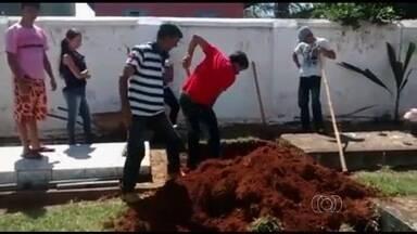 Parentes são obrigados a abrir cova para enterrar idosa após recusa de coveiro, em GO - Familiares de uma idosa que morreu em Araçu, a 76 km de Goiânia, foram obrigados a abrir a cova no cemitério da cidade para enterrar a mulher. O coveiro abriu o buraco em outro jazigo e se recusou a refazer o serviço.
