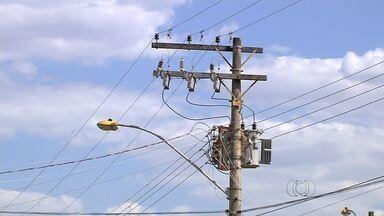 Moradores reclamam de falta de energia em Nerópolis - Moradores de Nerópolis, em Goiás, reclamam das constantes quedas de energia. Segundo eles, falta energia todos os dias em pelo menos três bairros.
