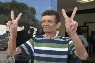 Homem recebe alta após ser dado como morto em hospital na Bahia - Seu Valdelúcio chegou a ser preparado para o enterro, quando voltou a respirar. Família acredita em milagre.