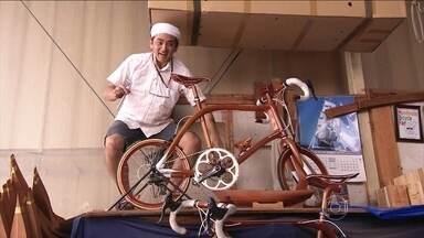 Marceneiro japonês transforma madeira em bicicleta - As bicicletas são lindas, leves e caras - R$ 40 mil cada uma. Levam três meses para ficarem prontas. Há 200 anos, a família do marceneiro fez o que quis com madeira. Eram especialistas em barcos e agora em bikes.