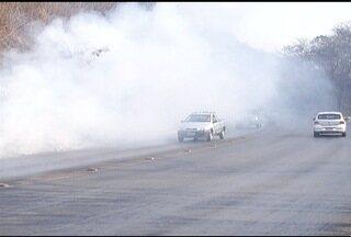 Bombeiros tentam controlar novos focos de incêndio nas margens da BR-365 - Motoristas devem ter atenção redobrada.