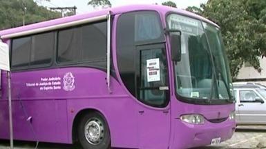 Ônibus rosa realiza atendimento a mulheres vítimas de agressão, no Sul do ES - No Brasil, cinco mulheres sofrem algum tipo de violência a cada dois minutos. Unidade Móvel foi até o interior do estado para levar informação.
