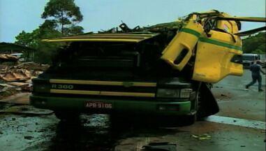 Caminhão carregado de pasta de soja tomba em Severiano de Almeida, RS - Motorista ficou preso nas ferragens, mas não teve ferimentos graves.