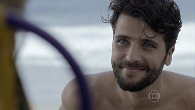 Edu e Ray paqueram na praia - Ele a vê e se aproxima para conversar