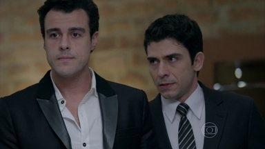 Antônio chama Enrico para dar a notícia do escândalo envolvendo Cláudio - Ele previne o rapaz para que seja forte
