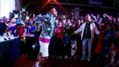 Passinho do Romano vira uma febre em São Paulo e na internet - A dança meio esquisita virou febre na internet, quando o MC Bruno IP fez uma música em homenagem ao bairro. O dançarino Fezinho Patatyy ficou famoso com o passinho e até participou do clipe da nova banda de Mallu Magalhães e Marcelo Camelo.