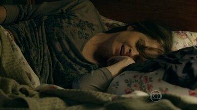 Cora sonha com Robertão - Durante a noite, megera delira com o malandro