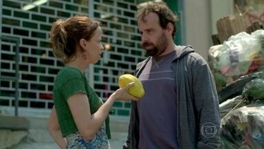 Ismael tenta obrigar Lorraine a devolver o anel que roubou - Trambiqueira tenta convencer o marido a construir uma casa em Xerém com o dinheiro da joia