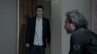 Enrico é grosso com Zé Alfredo - Empresário não suporta a intromissão do sogro após discussão com Maria Clara