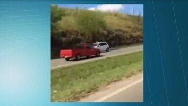 Motorista é flagrado dirigindo na contramão no interior do estado - O motorista dirigiu na contramão na rodovia que liga Piracicaba a Charqueada, na região de Campinas. Os carros foram desviando, mas um motorista perdeu o controle e rodou na pista. As pessoas buzinam para alertar, mas o homem só parou com a chegada da polícia.