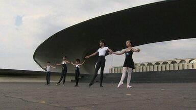 Meninos driblam preconceito e vão competir em concurso de balé na América do Sul - Os meninos começaram de brincadeira e, com o tempo, foram se destacando. Flexibilidade e facilidade em aprender os movimentos fizeram os meninos se apaixonar pelo balé.