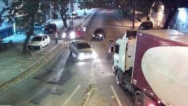 Câmeras de segurança flagram roubos de carga no RJ - Comerciantes e moradores da Zona Norte do Rio colocaram câmeras de segurança para flagrar a ação livre dos bandidos. Os Roubo de cargas no Rio de Janeiro aumentaram 150%.