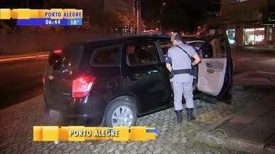 Quatro jovens são flagrados por polícia com carro roubado - Os criminosos são suspeitos de terem furtado mais dois carros.