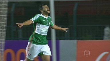 Atlético-MG, Palmeiras e Botafogo vencem no Brasileirão - Em São Paulo, o Palmeiras derrotou o Vitória por 2 a 0 e deixou a lanterna do Brasileirão. No Maracanã,o Botafogo bateu o Goiás por 1 a 0 e está fora do Z-4. Em Belo Horizonte, o Atlético-MG venceu o Santos por 3 a 2.