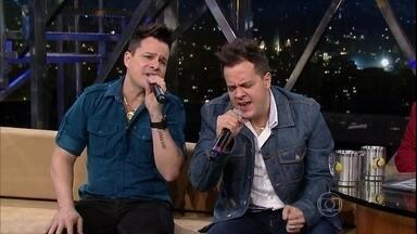 A dupla João Neto & Frederico encerra o programa de quinta-feira - Os irmãos goianos cantam um de seus grandes sucessos