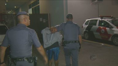 Polícia prende traficante em flagrante na noite desta quinta-feira (25) em Campinas - Homem foi preso no bairro Boa Vista. De acordo com a Polícia Militar, o traficante vendia as drogas na porta de casa.