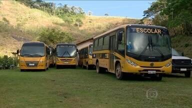 Prefeito mantém ônibus escolares públicos dentro de garagem em Ibitirama (ES) - A Prefeitura de Ibitirama, no Espírito Santo, está tendo muito trabalho para explicar que paga milhões de reais para vans escolares caindo aos pedaços. E o prefeito tem na garagem uma frota de ônibus novinhos que nunca foram usados.
