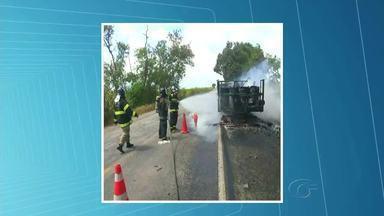 Caminhão que transportava resina de fibr pega fogo em Marcehal Deodoro - Incidente foi próximo ao Trevo do Polo. Ninguém ficou ferido.
