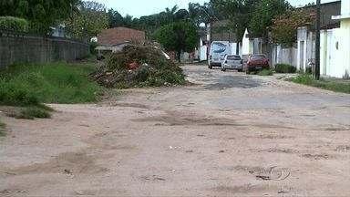 Principal acesso ao bairro do Santos Dumont está bloqueado por falta de infraestrutura - Moradores e comerciantes reclamam também da falta de saneamento e de pavimentação nas ruas.