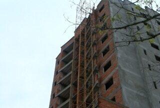 Elevador de prédio em construção despenca e deixa dois feridos em Blumenau - Acidente aconteceu na tarde desta quinta-feira (25), no Bairro da Velha.