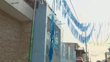 Após Copa, enfeites e adereços poluem ruas e igarapés em Manaus - Rede elétrica também fica comprometida em alguns pontos.