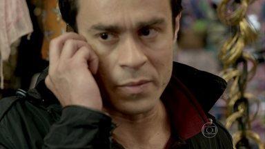 Fernando implora que Cora o ajude a reatar com Cristina - A jovem nem percebe que está sendo observada pelo ex-namorado