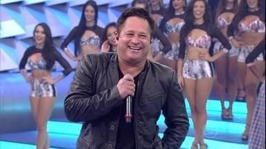 José Felipe entrega as brincadeiras do pai Leonardo - Pai e filho se divertem no palco do Domingão