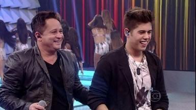 Pai e filho cantam Te Amo Demais e Coração Espinhado - Os cantores também dão um show na pista de dança