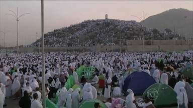 1,4 milhão de muçulmanos estão em Meca para reunião anual do Islã - A peregrinação à Meca durante o Hajj é um dos cinco pilares da religião islâmica e deve ser cumprida pelos fiéis ao menos uma vez durante a vida. Na sexta-feira (3), os fiéis foram ao Monte Arafat, que fica perto de Meca, e rezaram durante o dia.