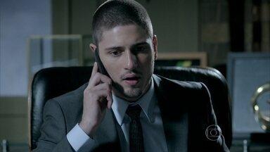 Lucas liga para Isis - Kelly atende o telefone e pede que ele deixe a menina em paz. José Pedro surpreende o irmão no telefone e dá uma bronca nele