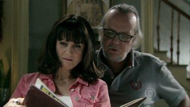Magnólia e Severo encontram o álbum de recortes de Cora - Eles concluem que a solteirona é caidinha por Zé Alfredo