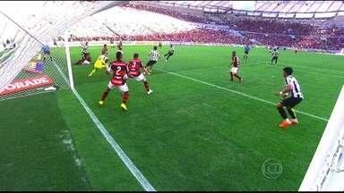 Em dia de festa para Léo Moura, Flamengo perde para Santos no Maracanã - Lateral completa 500 jogos pelo clube, mas vê equipe cair diante do Peixe.