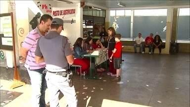 Falha de mesário impede voto de eleitores em SP - A assessoria de imprensa do TRE disse que ocorreu um erro de procedimento do mesário que digitou o número do Título de Eleitor errado e outras pessoas votaram, por engano, no lugar dos eleitores.