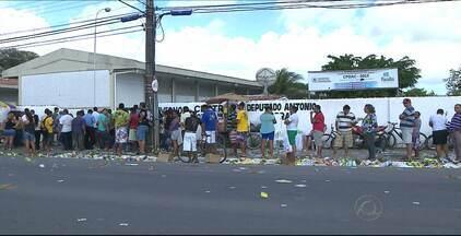 Muita gente saiu cedo de casa para votar em João Pessoa - Mais de 400 mil eleitores foram às urnas neste domingo. Muitos levaram até os filhos para exercer a cidadania.