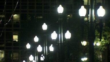 Prefeitura instala lâmpadas de led em ruas e avenidas da capital - Esse tipo de lâmpadas consome menos energia e dura mais tempo. Mas, por enquanto, apenas 3% da rede de iluminação pública da capital são de led. Como a tecnologia é diferente, além das lâmpadas, também é preciso substituir postes, luminárias e toda a fiação.