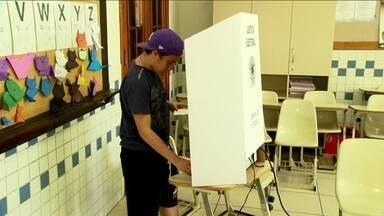 Grupo de estudantes sente orgulho em exercer o direito de votar - O primeiro turno dessas eleições foi também a primeira vez em que muitos jovens puderam votar. Um grupo de estudantes sentiu ansiedade, nervosismo e até medo de errar. Mas, no fim da votação, eles saíram orgulhosos de exercer o direito de escolher os representantes políticos.