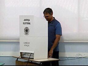 População de Uberlândia encontra fila e zona eleitoral fechada durante votação - Campus Santa Mônica da UFU, local com maior número de eleitores da cidade, teve filas e urna com defeito.