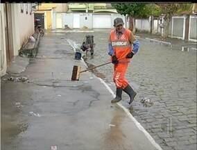 Responsáveis pela limpeza sofrem para limpar a sujeira dos santinhos distribuídos - Responsáveis pela limpeza sofrem para limpar a sujeira dos santinhos distribuídos.