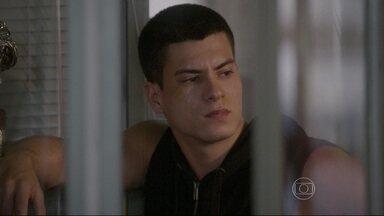 Duca sofre por causa de Bianca - João cancela a gravação do videobook de Zé e Marcão e diz que a culpa é de Duca, que sofre por ter descoberto a verdade sobre o dinheiro que emprestou para a namorada