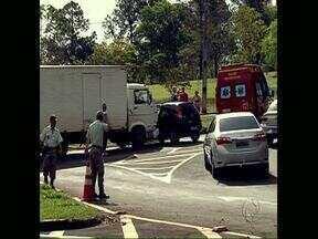 Caminhão invade preferencial e atinge veículo com duas pessoas - Os estragos no carro atingido pelo caminhão foram grandes, mas as duas ocupantes tiveram ferimentos leves.